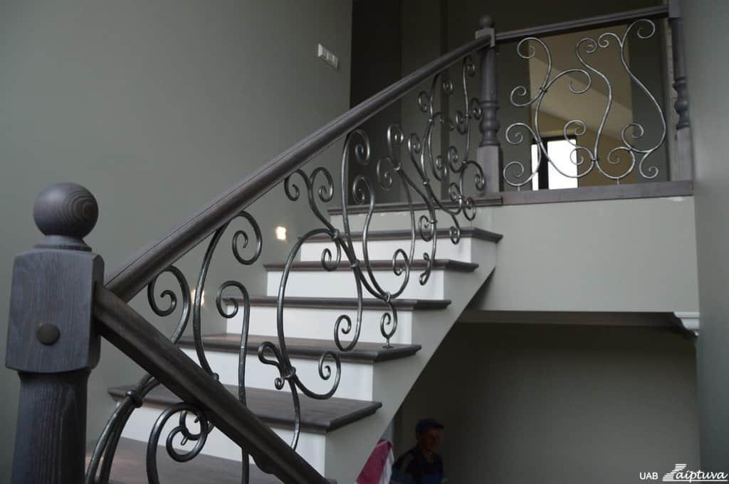 [:lt]Laiptai-su-kalviskais-tureklais[:]